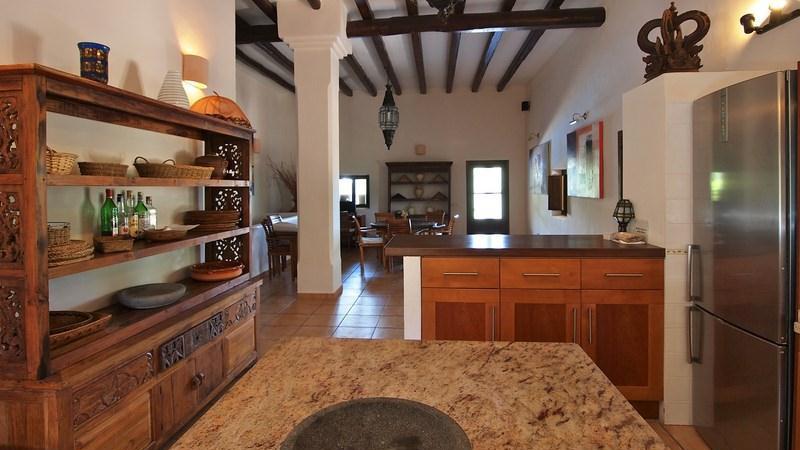 Vistas interiores con la cocina equipada