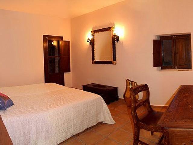 Уютная спальня дома в аренду на Ибице