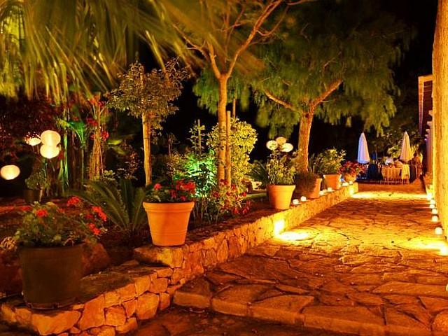 Сад ночью дома в аренду на Ибице