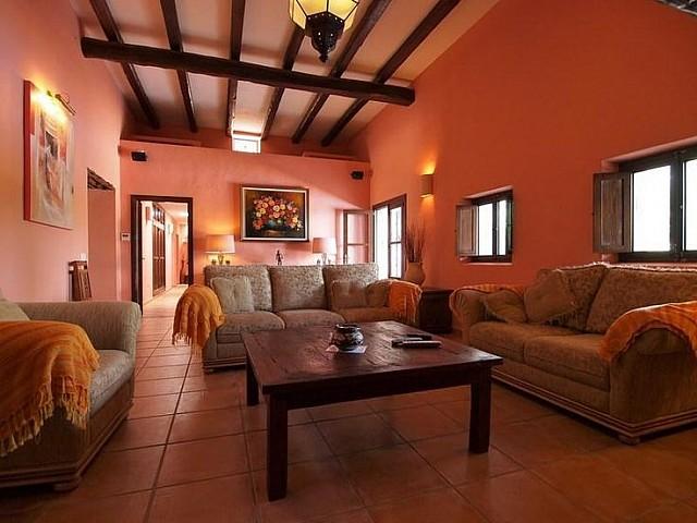 Просторная гостиная дома в аренду на Ибице