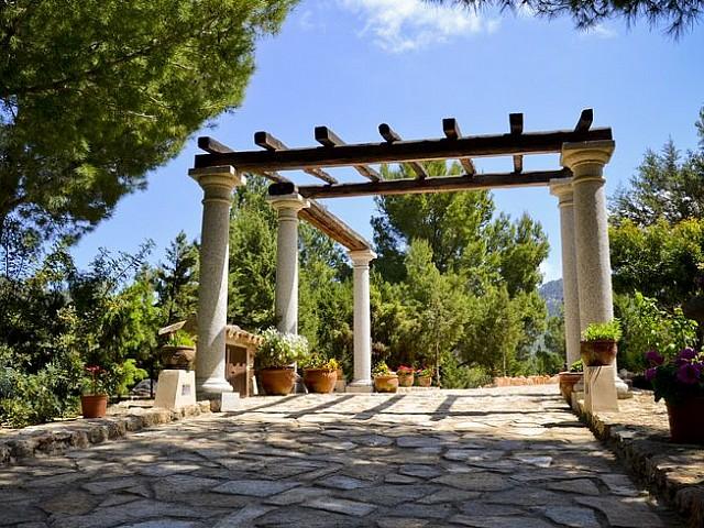 Живописный сад дома в аренду на Ибице
