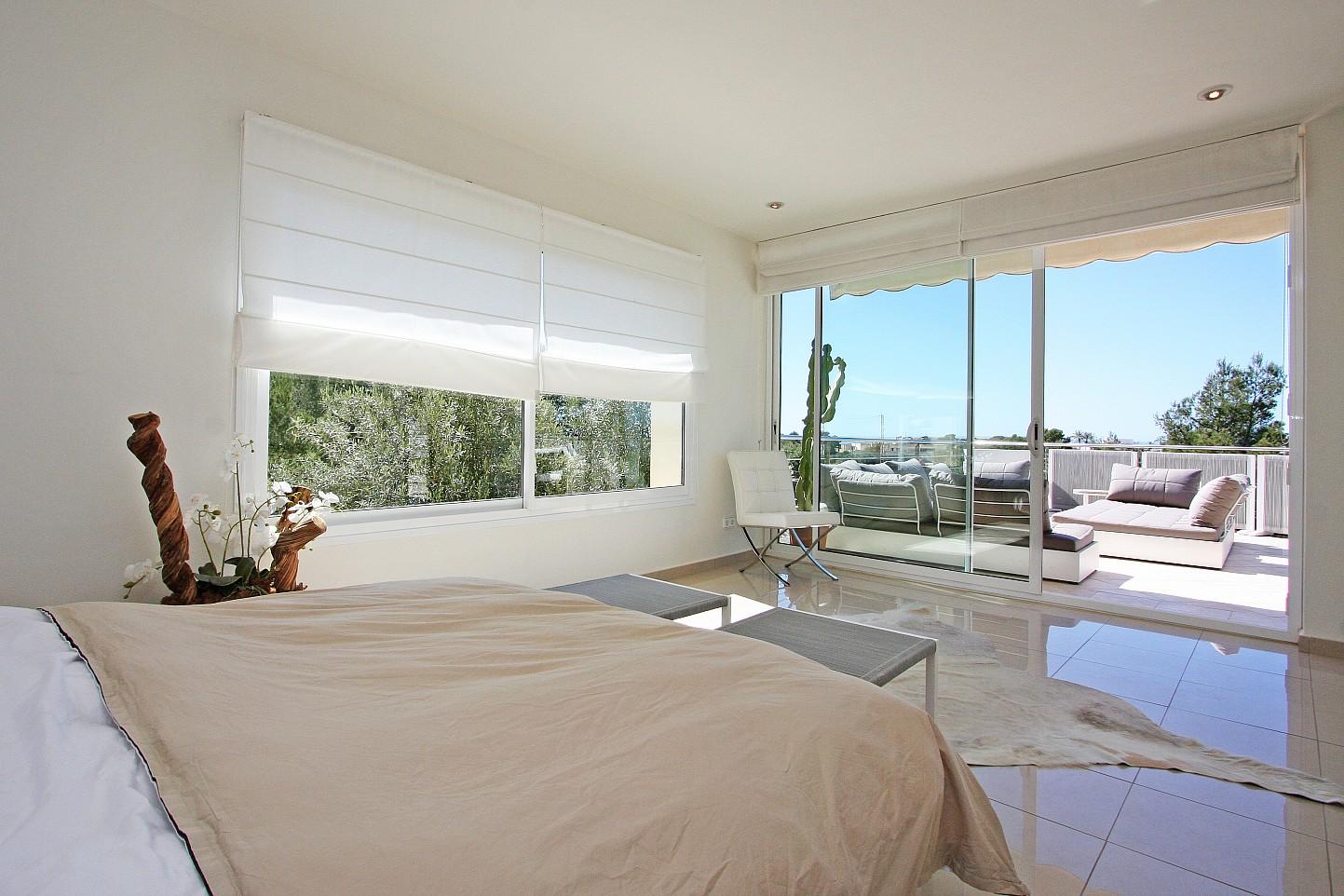 Dormitorio con acceso a la gran terraza