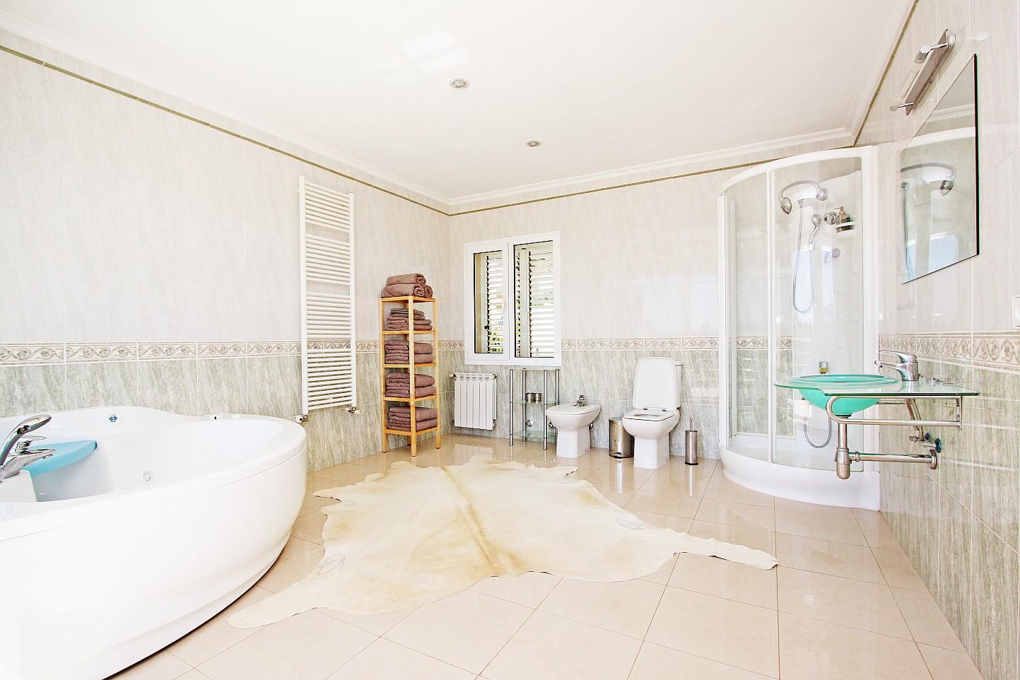 Gran bany complet amb banyera
