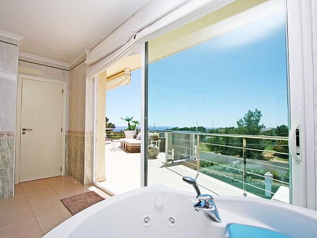 Acceso a la gran terraza desde uno de los dormitorios