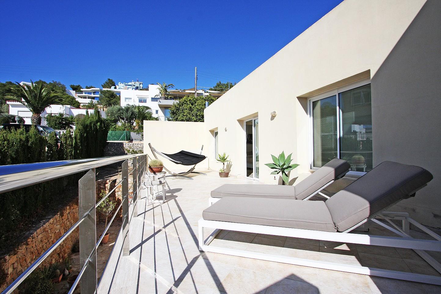 Gran terraza soleada con tumbonas