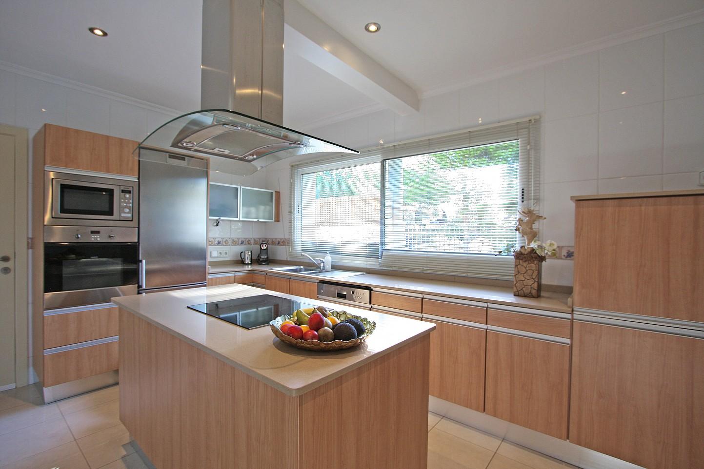 Большая кухня дома в аренду в Марина Ботафок