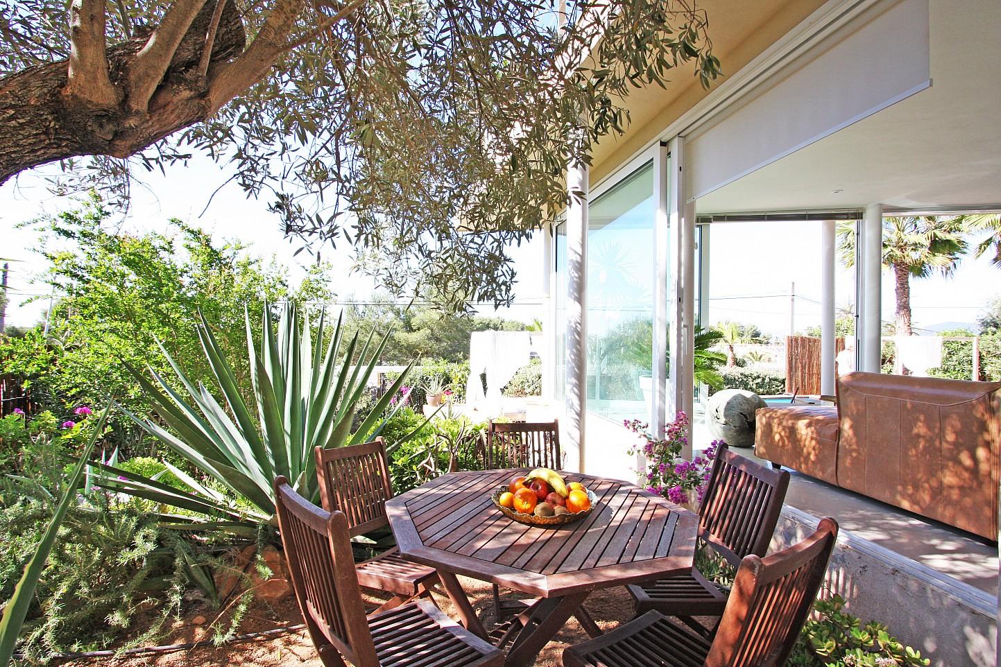 Exteriores de la casa con el jardín