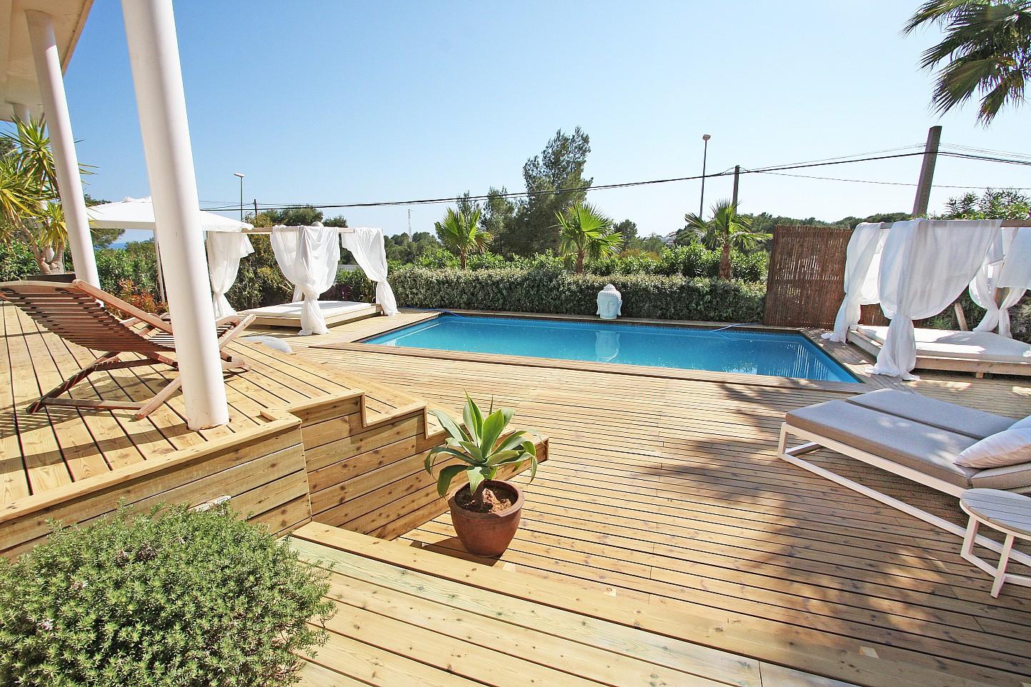 Exteriors de la casa amb la piscina