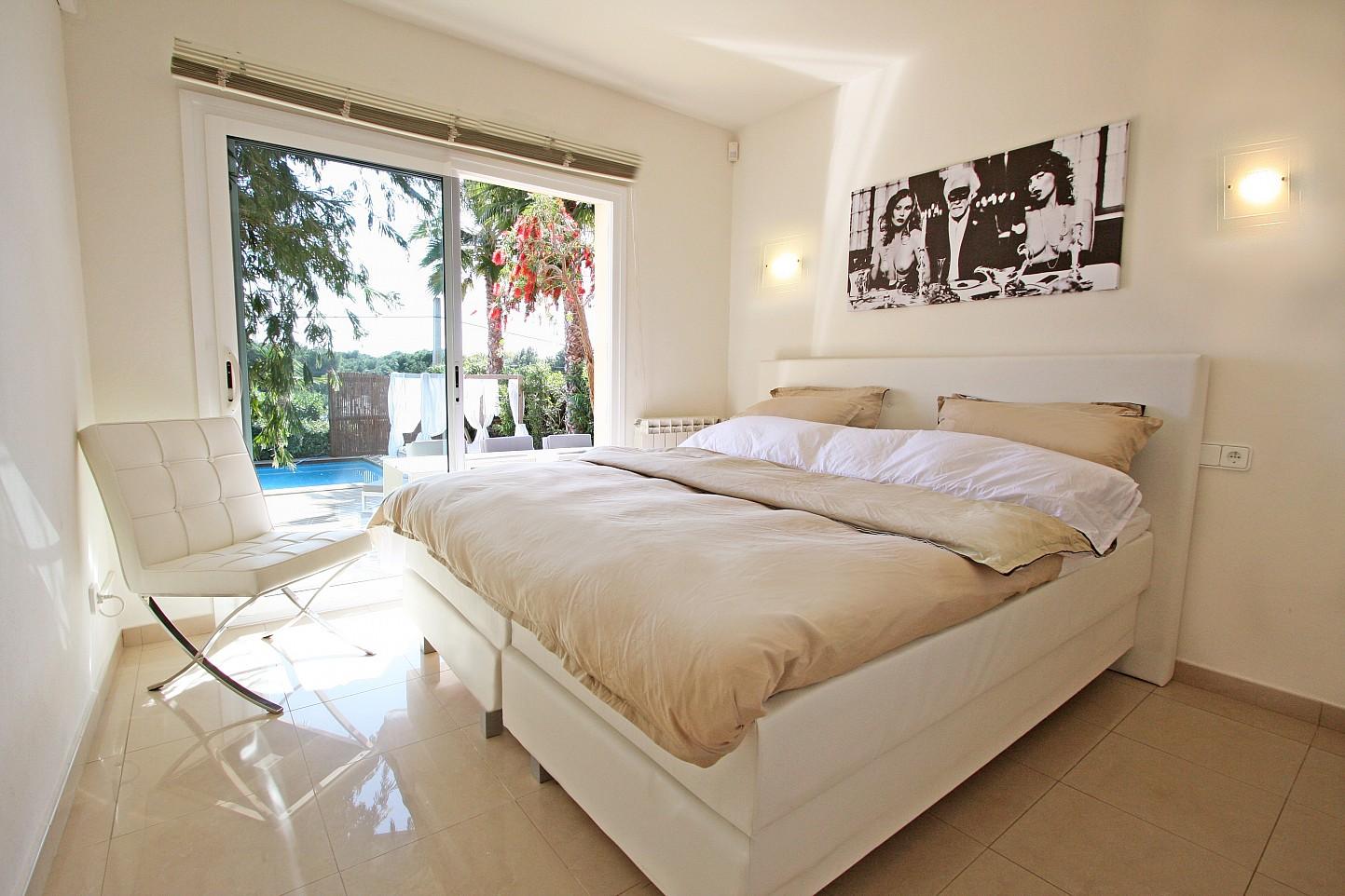 Dormitori amb accés a la piscina