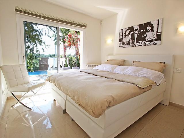 Dormitorio con acceso a la piscina
