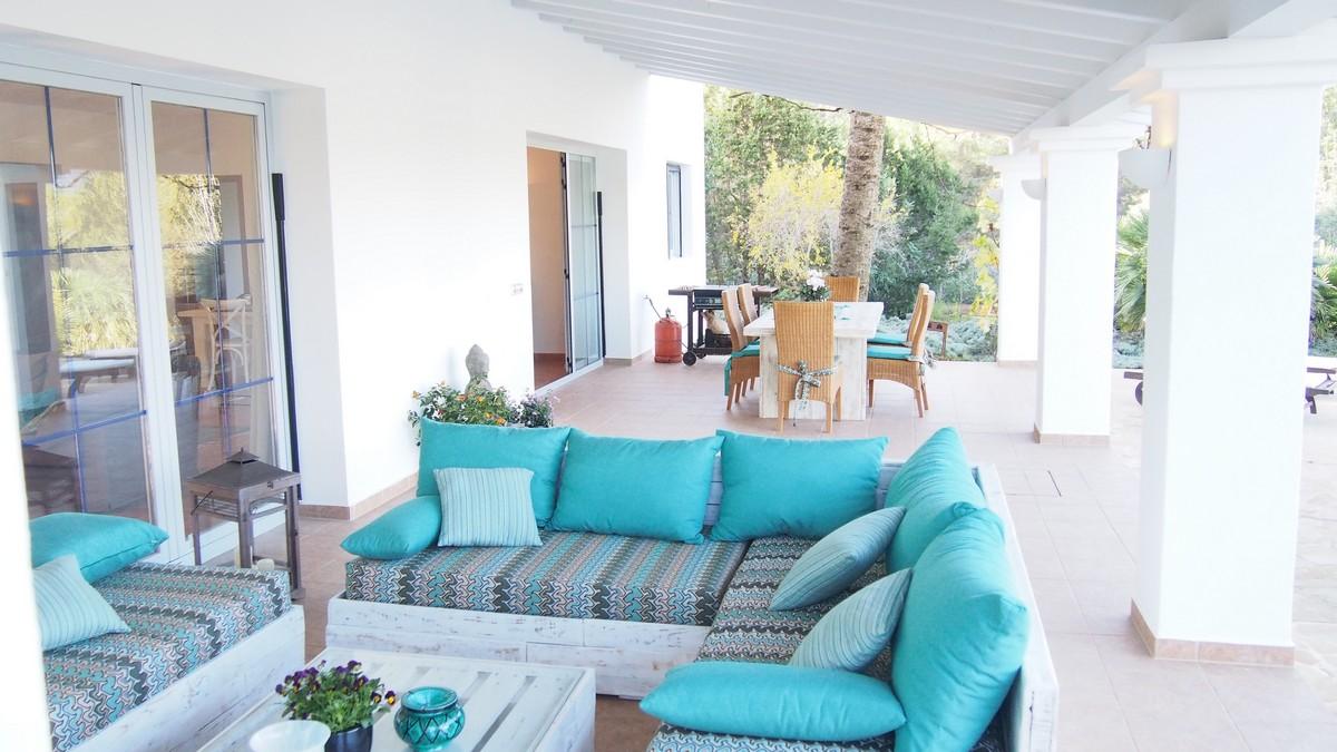 Vistas del porche con la zona de relax y el comedor exterior