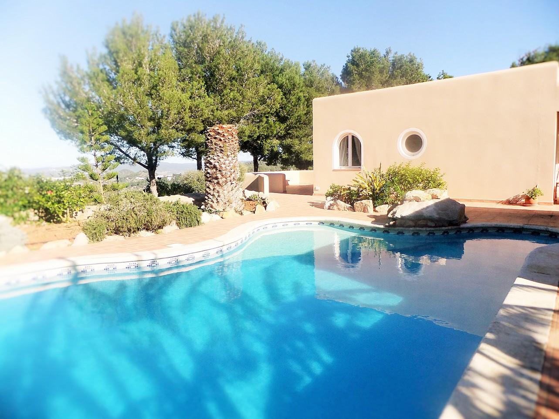 Gran piscina exterior en la terraza