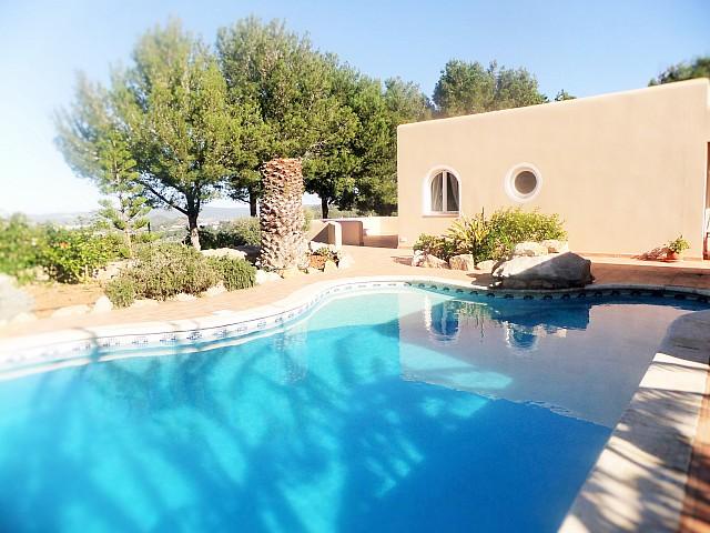 Gran piscina exterior a la terrassa