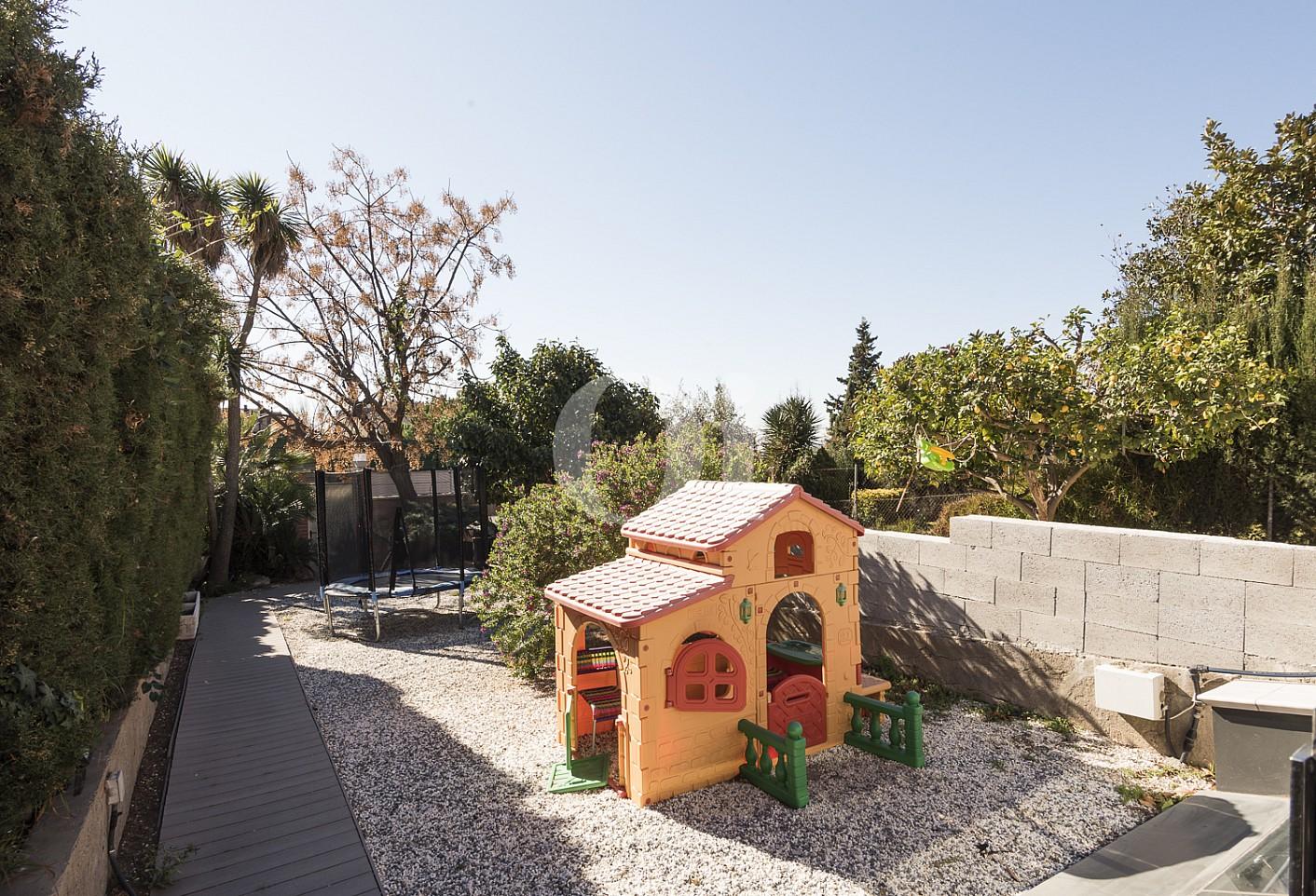 Просторный сад таунхауса на продажу в Эсплугес