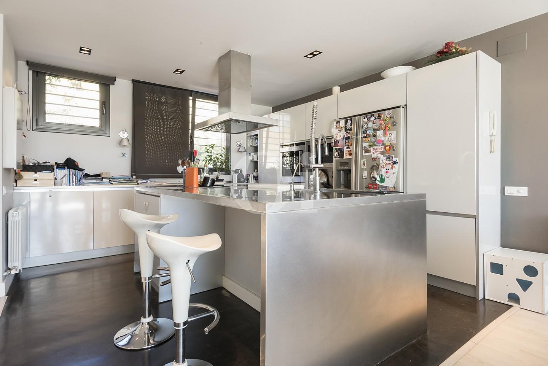 Cocina moderna equipada con isla central de cocción