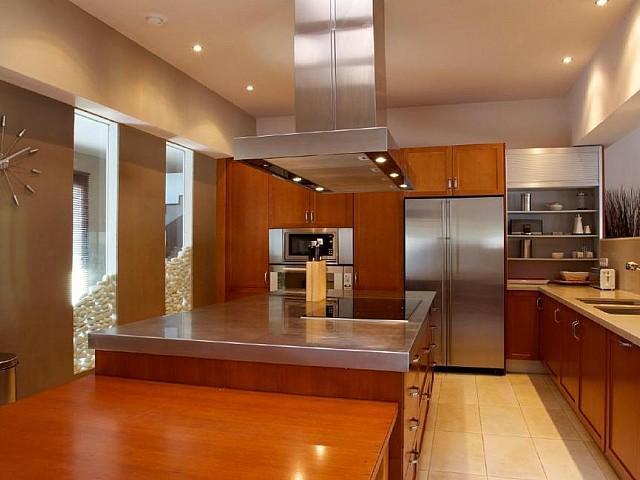 Cocina moderna completamente equipada