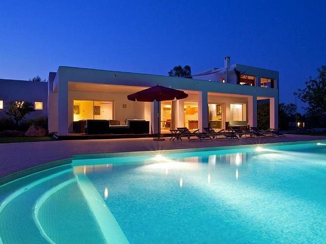Fantástica iluminación de la piscina