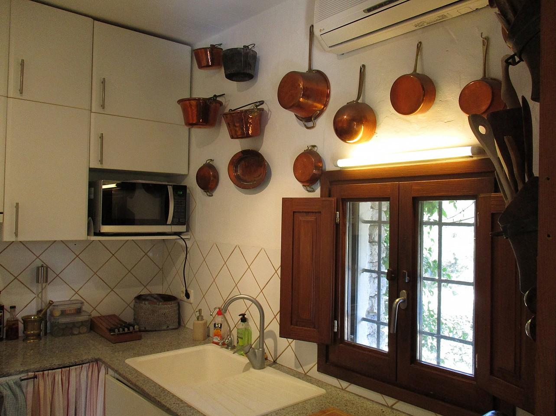 Современная кухня  виллы в аренду в Кала Лонжа