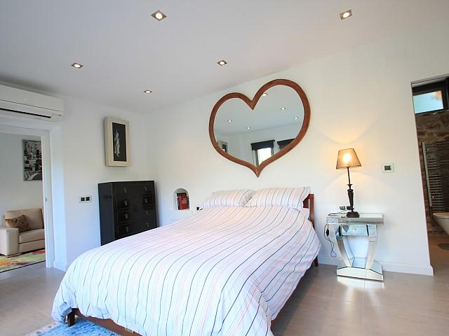 Белоснежная спальня виллы в аренду в Кала Лонжа