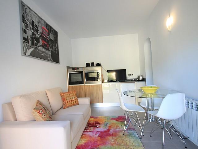 Salón-comedor con una pequeña cocina
