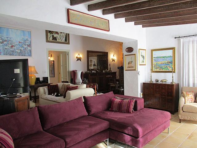 Salón-comedor amplio y sus techos con vigas de madera