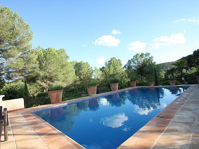 Gran piscina a la terrassa
