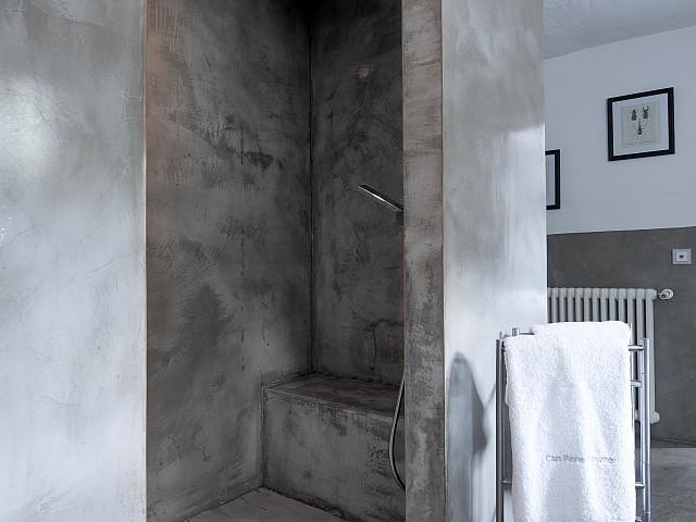 Vistas interiores de la ducha en uno de los dormitorios