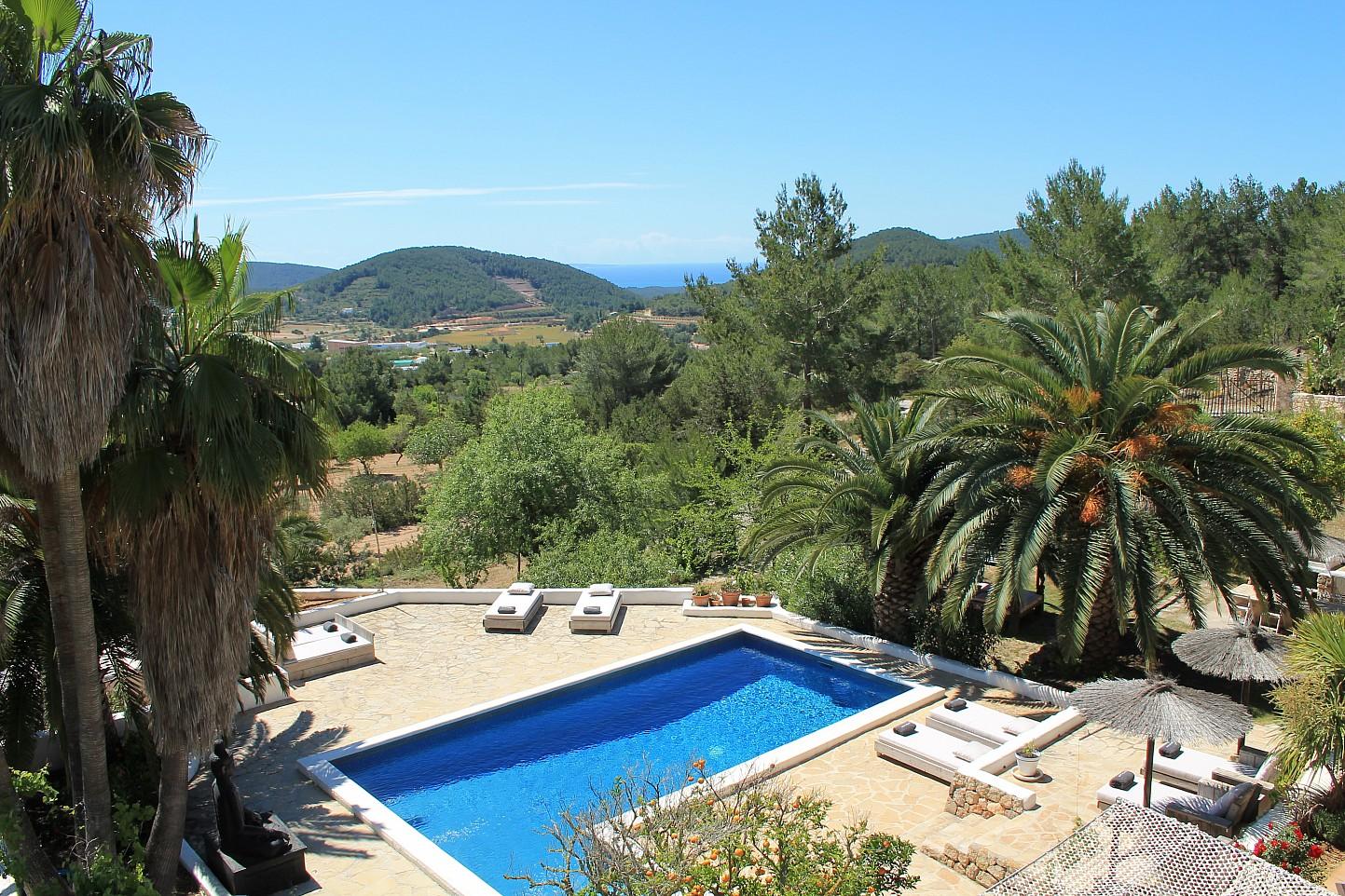Magníficas vistas exteriores con la gran piscina