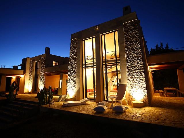 Estupenda iluminación de la parte exterior de la propiedad