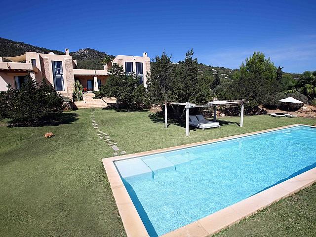 Роскошный бассейн виллы в аренду в Эс Кубелес