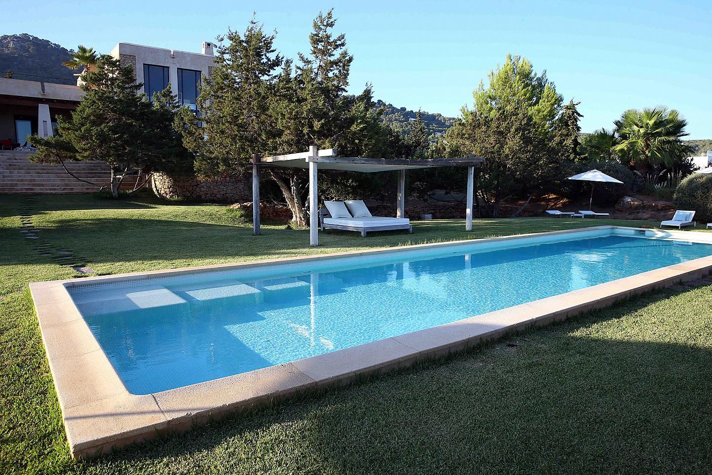 Fantàstica piscina amb un llit exterior