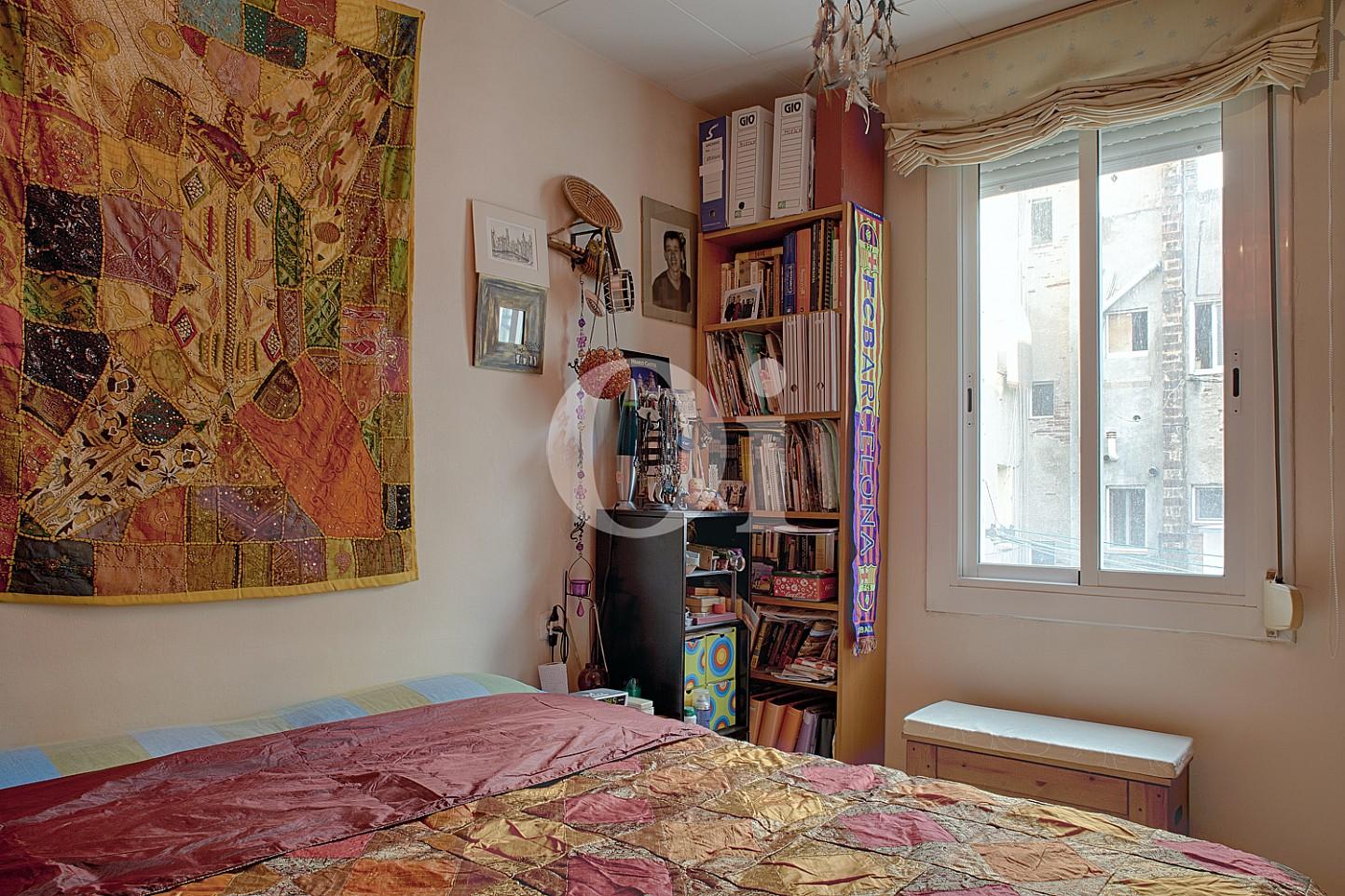 Светлая спальня квартиры на продажу в Равале