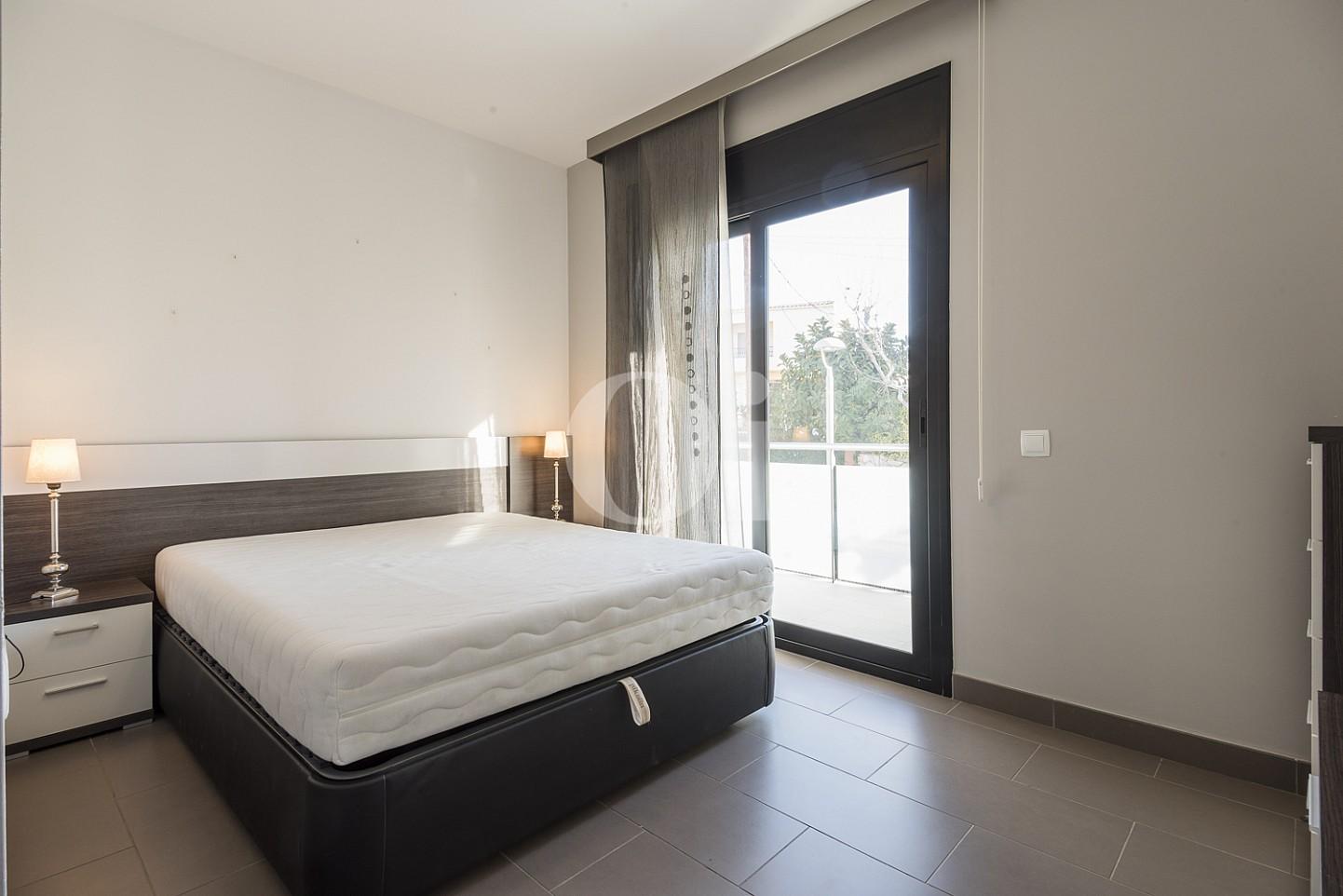 Большая светлая спальня квартиры на продажу в Тиана