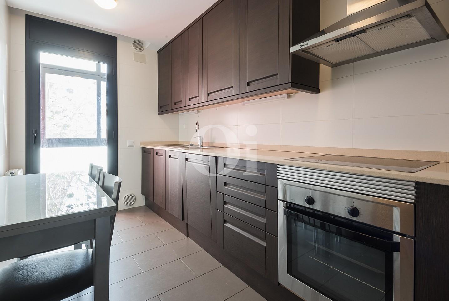 Современная кухня квартиры на продажу в Тиана