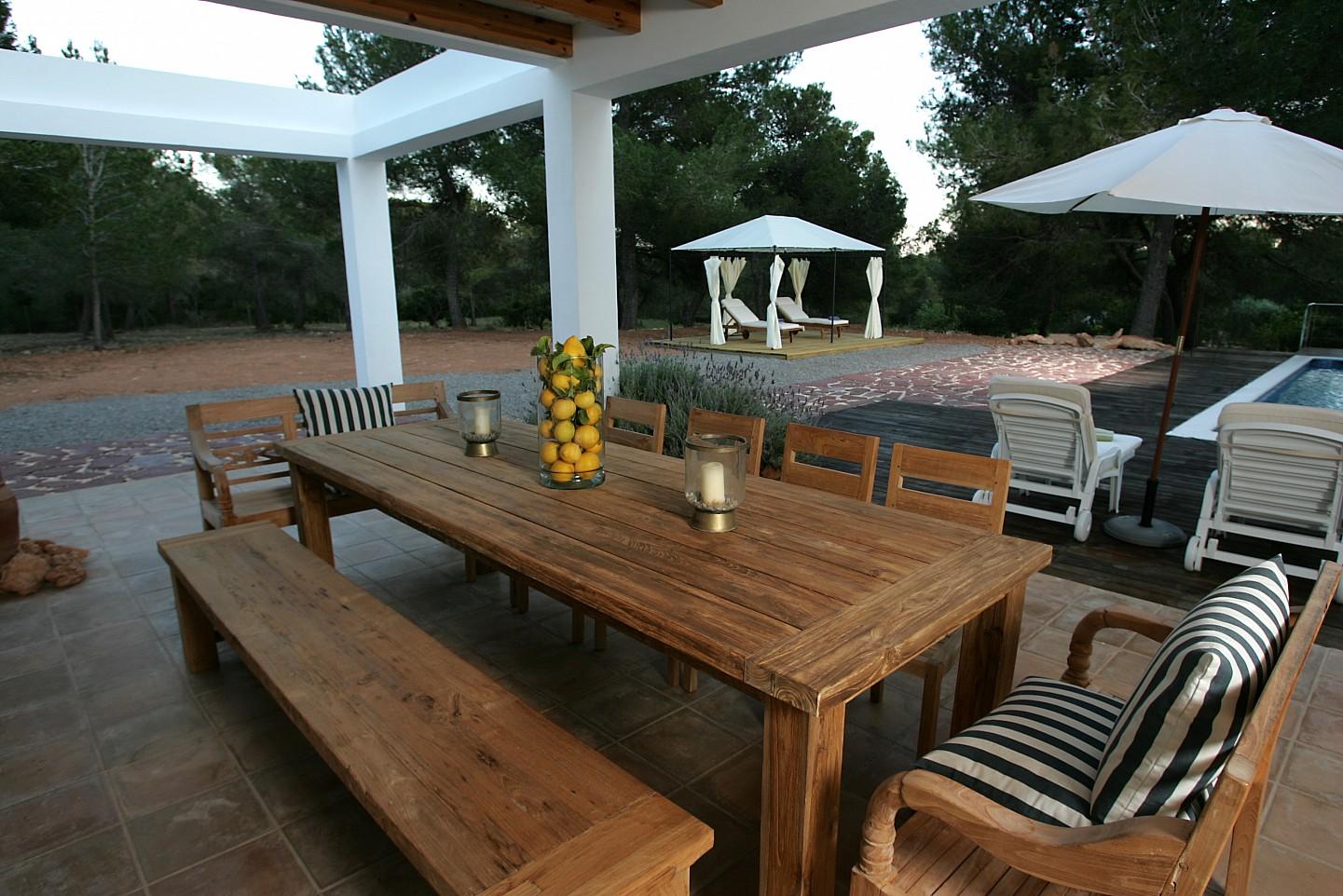 Летняя столовая виллы в аренду в Кала Жондаль