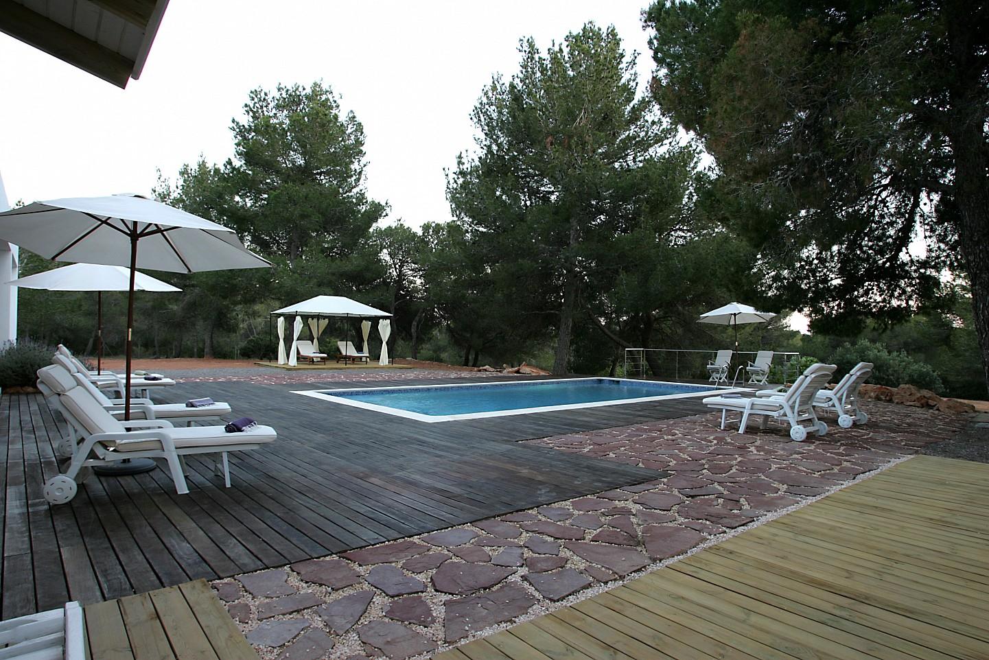 Шикарный бассейн виллы в аренду в Кала Жондаль