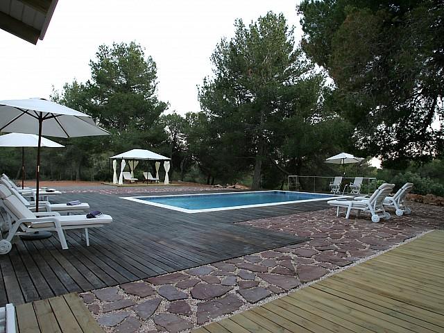 Vistes exteriors de la piscina amb les hamaques