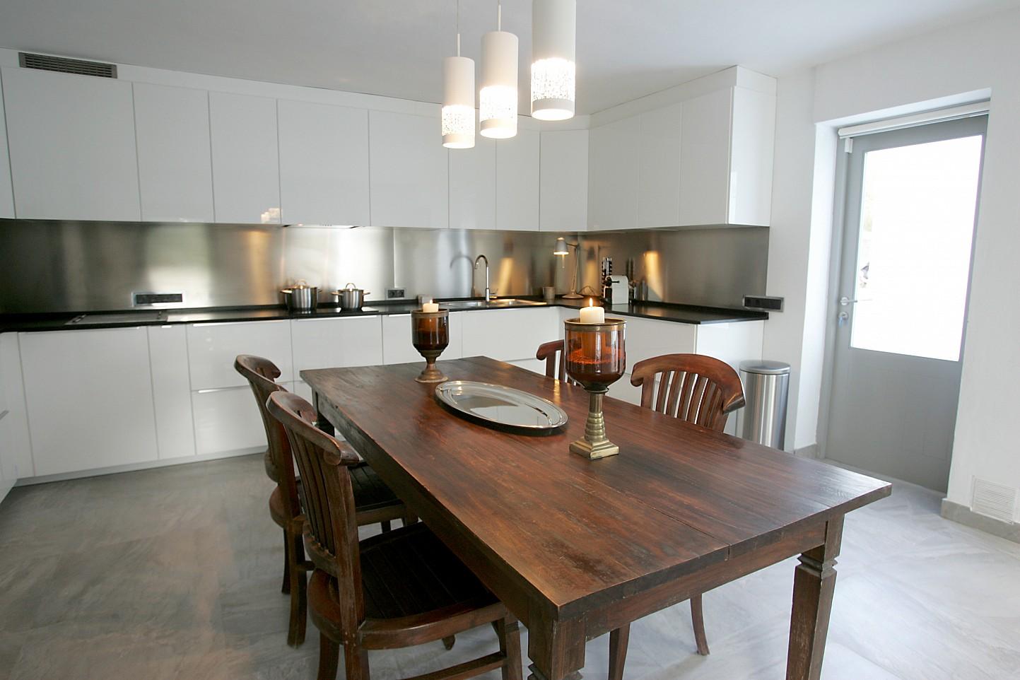 Кухня и столовая виллы в аренду в Кала Жондаль