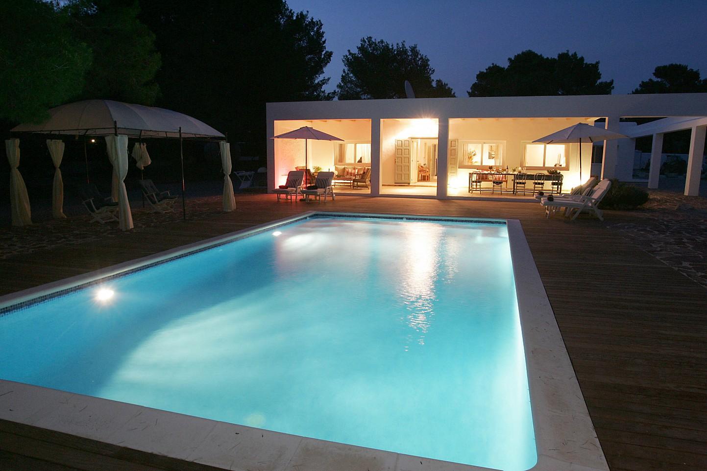 Magnífica iluminación de noche de la piscina