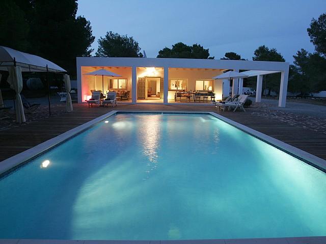 Fantástica iluminación de la piscina exterior