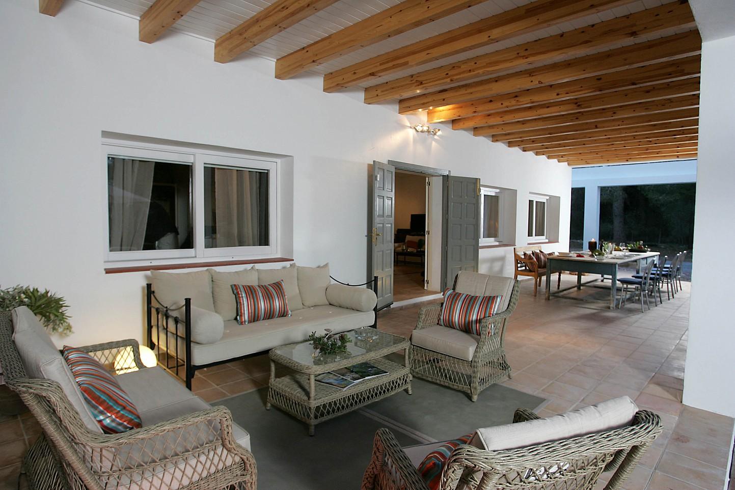 Просторная гостинаявиллы в аренду в Кала Жондаль