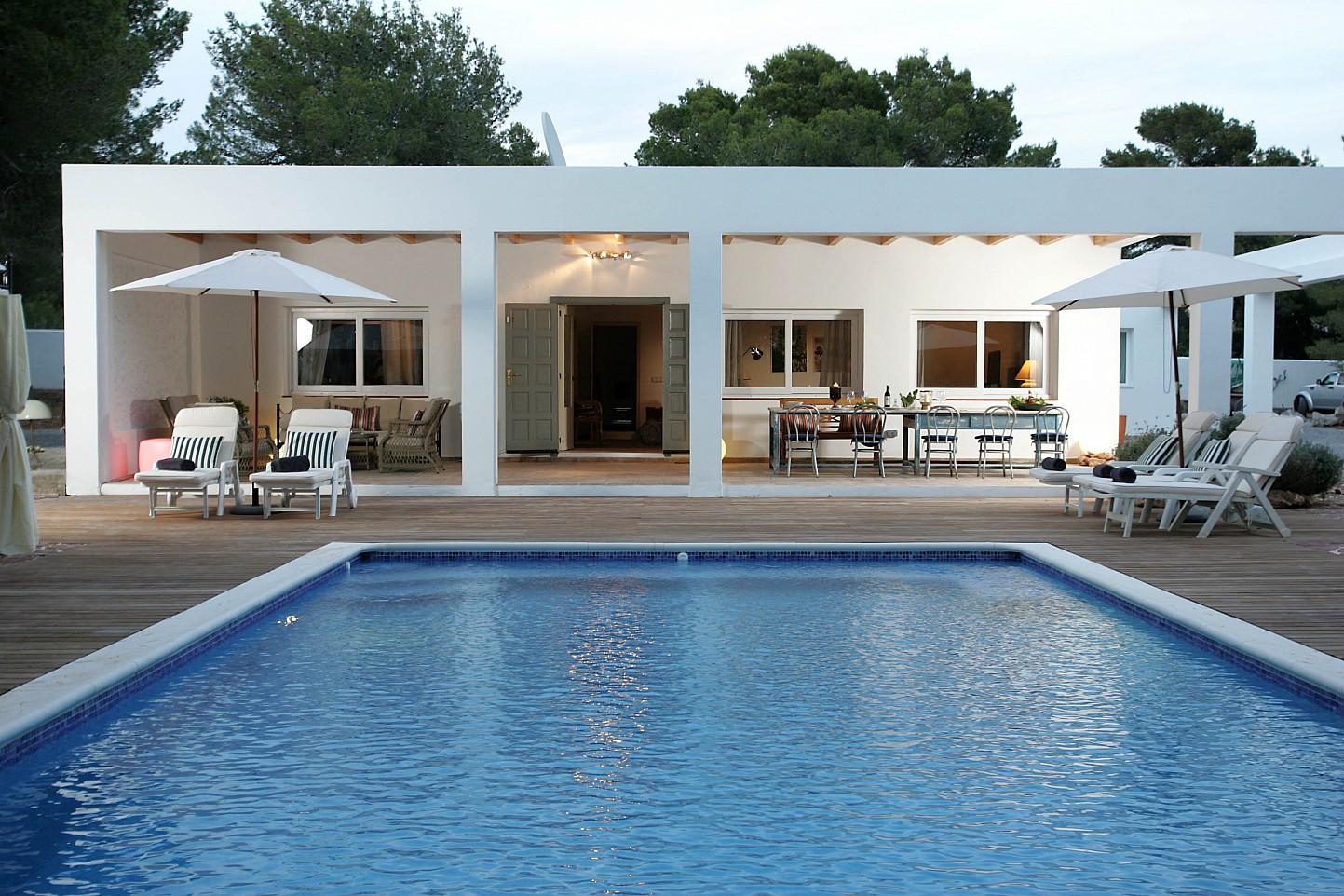 Vistes exteriors del porxo i la gran piscina