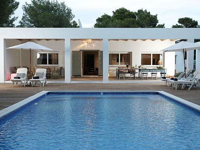 Vistas exteriores del porche y la piscina