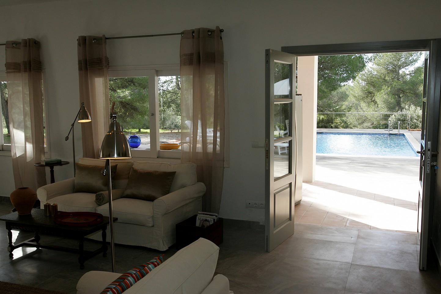 Просторная гостиная виллы в аренду в Кала Жондаль