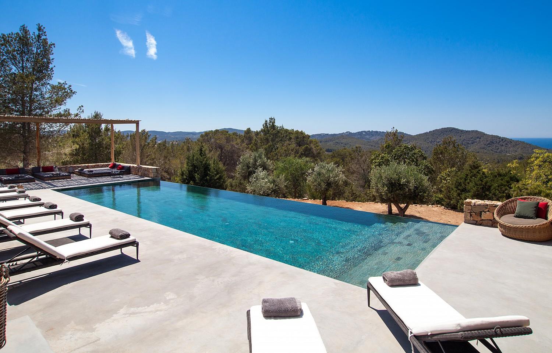 "Gran piscina ""infinity pool"" en la terraza soleada"