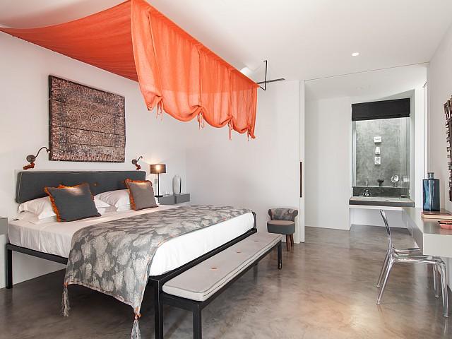 Gran dormitorio con baño en suite