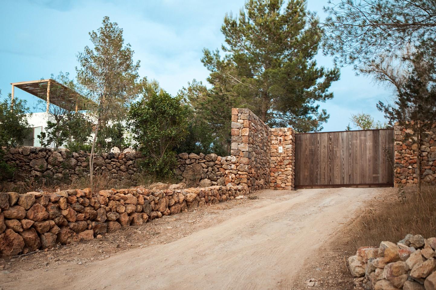 Каменный забор  виллы в аренду на Ибице