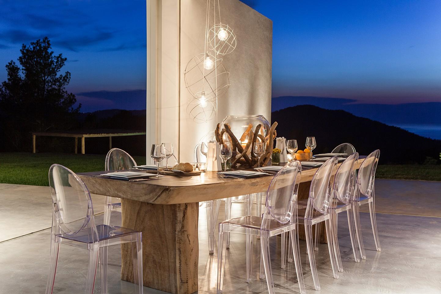 Menjador exterior amb molt bona i.luminació de nit