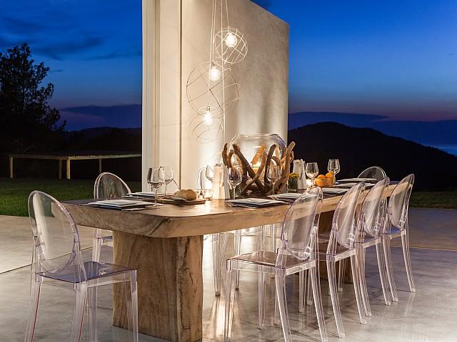 Comedor exterior con una excelente iluminación de noche