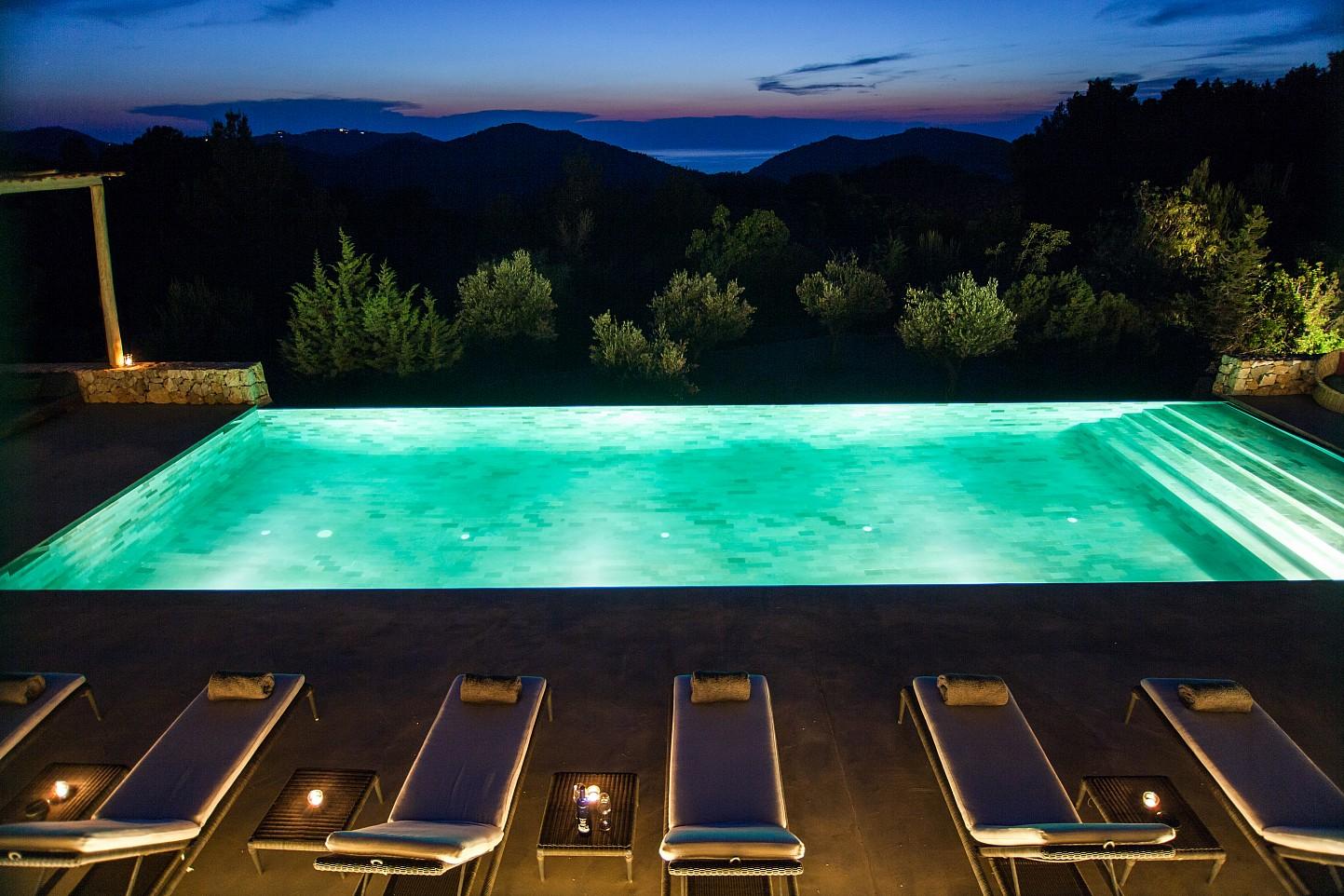 """Gran piscina """"infinity pool"""""""